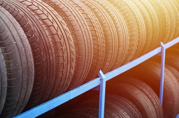 Rek met verscheidenheid van autobanden in automobielopslag