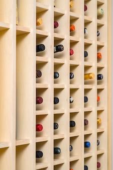 Rek voor het bewaren van wijnflessen.