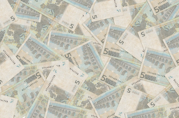Rekeningen van 5 euro liggen op een grote stapel
