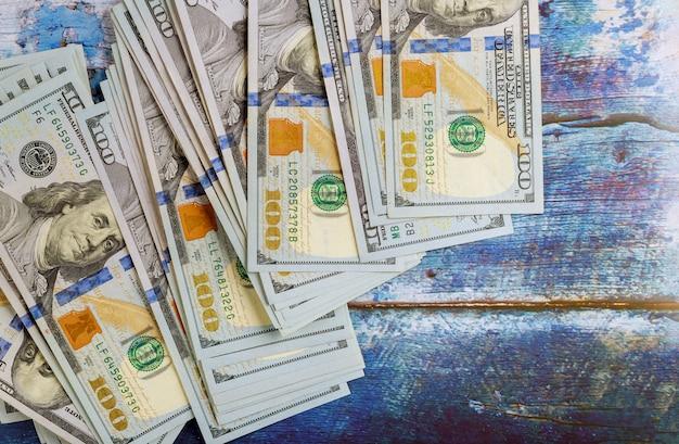 Rekeningen van geld de amerikaanse honderd dollars op de blauwe oude houten achtergrond