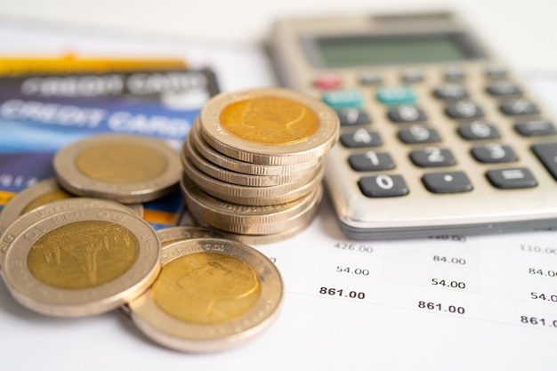 Rekenmachine en munten financieel ontwikkelingsconcept