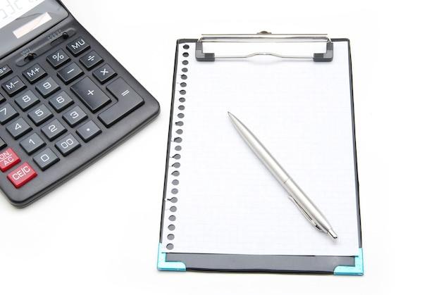 Rekenmachine en pen op een witte achtergrond