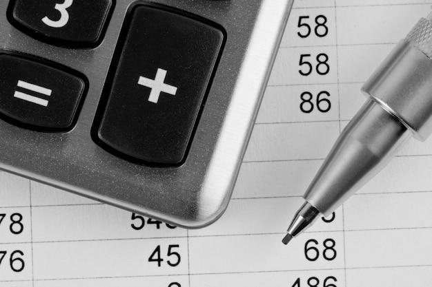 Rekenmachine en pen op een zakelijke achtergrond