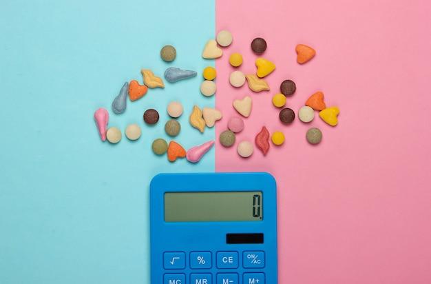 Rekenmachine en vitamines voor dieren op een blauwroze pastel. veterinair concept