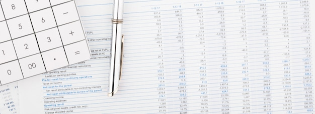 Rekenmachine, grafieken en grafieken spreadsheetpapier. financiën, boekhouding, statistieken en bedrijfsconcept.