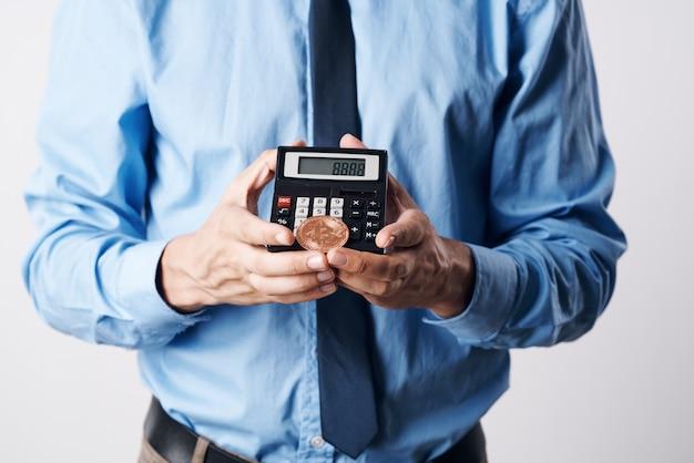 Rekenmachine in de handen van een man close-up financiën elektronisch geld