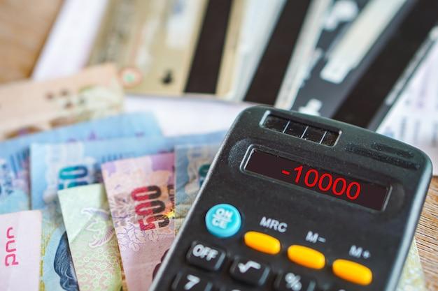 Rekenmachine met nummer in begrotingstekort voor schulden