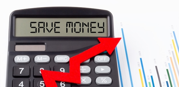 Rekenmachine met rode oplopende pijl en tekst bespaar geld op het display.
