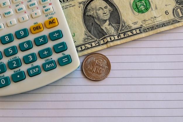 Rekenmachine, nota van een amerikaanse dollar en valuta op een vel papier