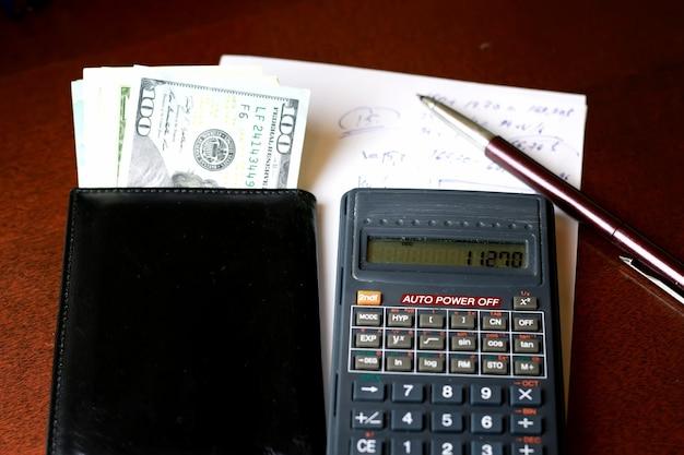Rekenmachine op de tafel glazen geld