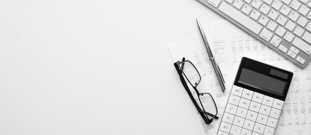 Rekenmachine op financiële verklaring en balans op het bureau van de auditor. concept van boekhoudkundige en auditactiviteiten.
