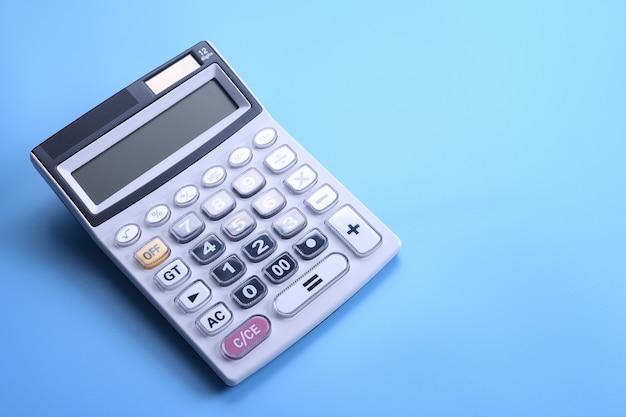 Rekenmachine toetsenbord op een blauwe achtergrond. bovenaanzicht. kopieer ruimte