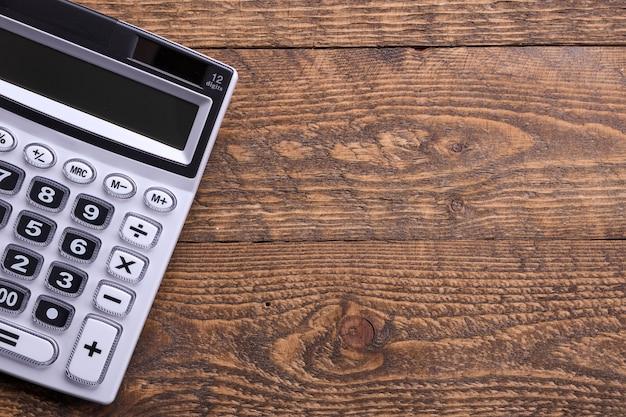 Rekenmachine toetsenbord op een houten vloer achtergrond. bovenaanzicht. kopieer ruimte
