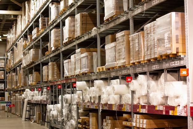 Rekken met grote dozen, opslagplaats. ruimte voor het opslaan van pakketten. winkel-magazijn