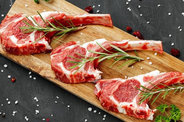 Rekken met lamsvlees klaar voor het koken