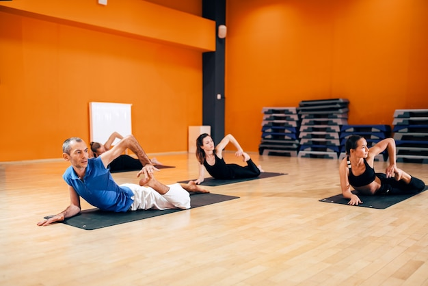 Rekoefening, vrouwelijke yogagroep in actie