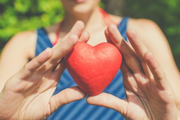 Relatie en liefde dames handen met rood hart