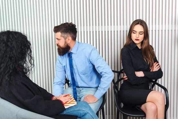 Relatiepsycholoog bemiddelend paar na te denken over echtscheiding