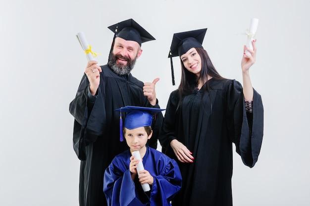 Relaties. diploma. ouders. gefeliciteerd. leerling. studies afronden. universiteit. afgestudeerden. veel plezier. architectuur. geluk. staand. gang. moeder. vader. zoon.