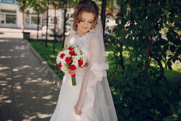 Relaxed bruid poseren met haar boeket