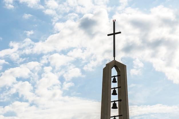 Religieus monument met kruis