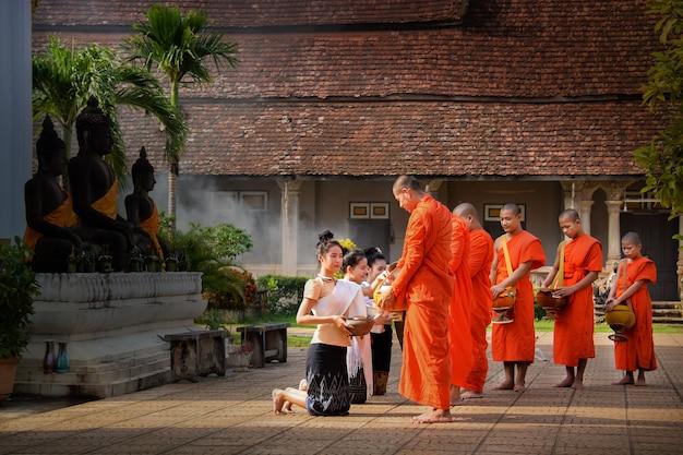 Religieuze activiteiten van laos mannen en meisjes. 21/8/59 luang prabang, laos