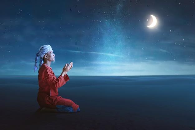 Religieuze aziatische moslim man bidt tot god