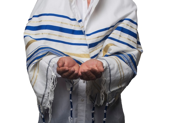 Religieuze jood gewikkeld in een talliet, gebedssjaal met handpalmen tegen elkaar ontvangend of gevend gebaar. houden en bescherming geïsoleerd op een witte achtergrond. handen vasthouden, holle handpalmen bij elkaar houden