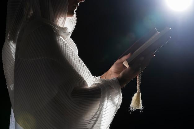 Religieuze vrouw die op volle maan bidt
