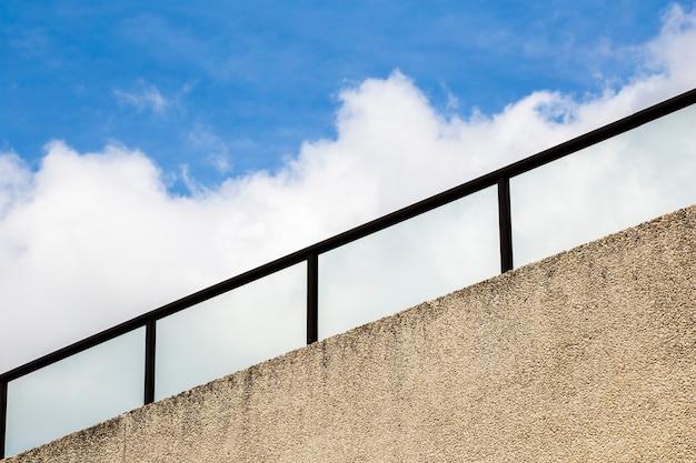 Reling met blauwe lucht en wolken