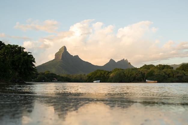 Rempart en mamelles pieken, van tamarin bay waar de indische oceaan de rivier ontmoet, tamarin, black river district, mauritius