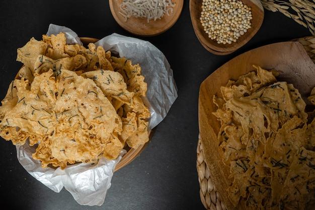 Rempeyek of peyek ikan teri een gefrituurde hartige indonesische javaanse cracker