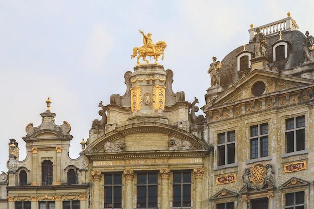 Renaissancedaken van historische gebouwen op grand place in brussel, belgië.