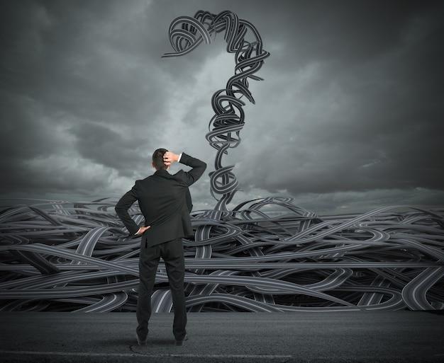 Rendering moeilijke keuzes van een zakenman die naar een wirwar van wegen kijkt