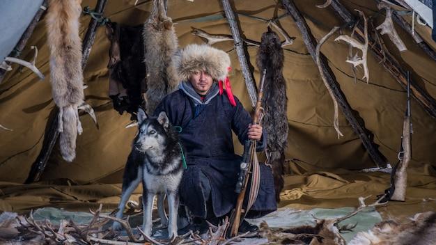 Rendieren herderskamp op de achtergrond bij de grens met rusland in taiga, mongolië
