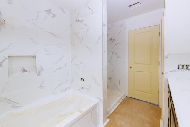 Renovatie constructie leggen vloer en wandtegel onafgewerkte reconstructie badkamer