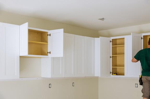 Renovatie van het huisverbeteringsaanzicht geïnstalleerd in een nieuw meubilair in de keuken