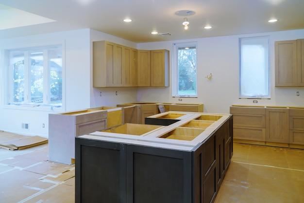 Renovatie van mooi meubilair, de lade in kastweergave geïnstalleerd in een houten front voor het samenstellen van een nieuwe keuken