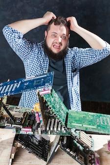 Reparateur bouwt kaartenhuis van moederborden