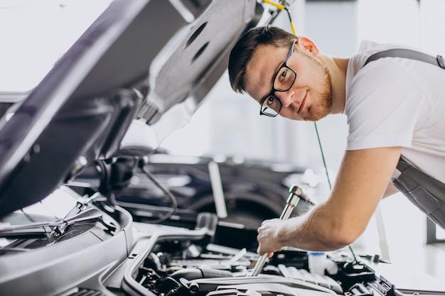 Reparateur die autoservice maakt