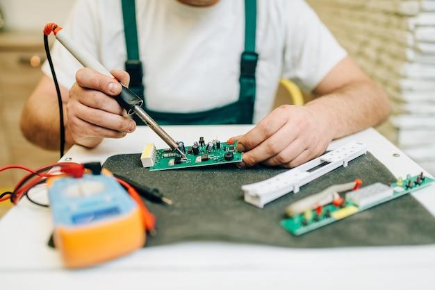 Reparateur die probleem met de koelkast thuis bevestigt