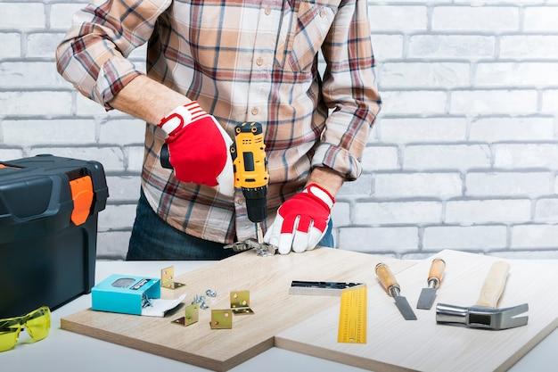 Reparateur handen een nieuw meubilair monteren. doe het zelf.