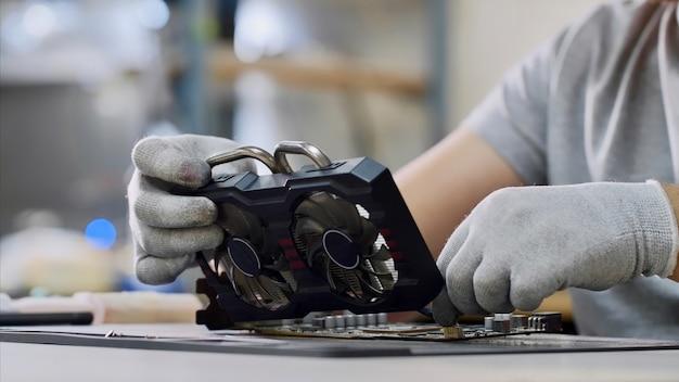 Reparateur tot vaststelling van de grafische chipset op workshop, close-up.