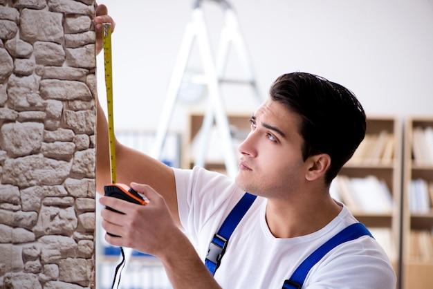 Reparateur werken met meetlint