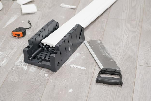 Reparatie appartement, renovatie plint, renovatie laminaat. gereedschap en accessoires voor woningrenovatie