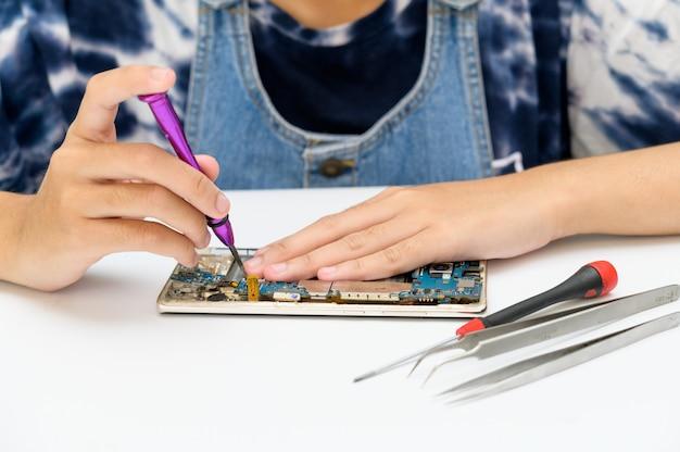 Reparatie- en serviceconcept. reparatie van mobiele telefoons,