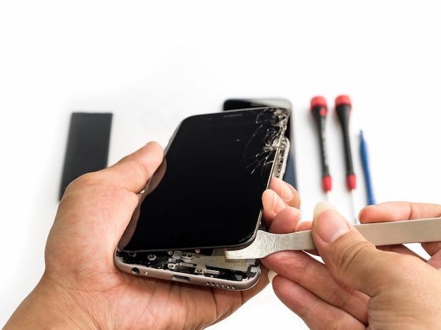 Reparatie gebroken smartphone op witte achtergrond