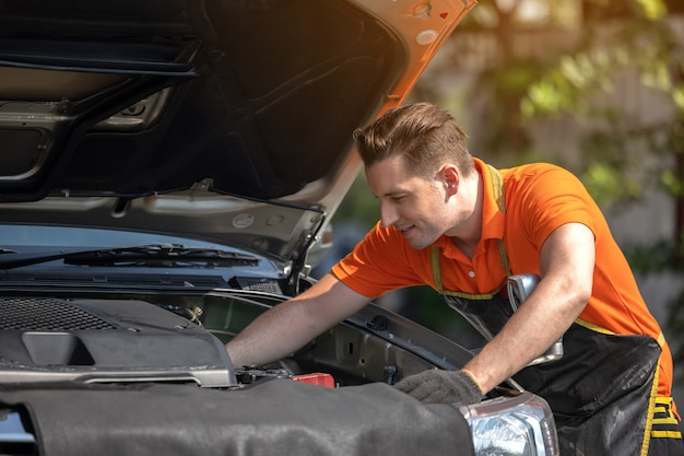 Reparatie man werknemer polijsten auto carrosserie in garage
