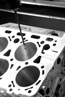 Reparatie motorblok van cilinders, operator inspectie dimensie aluminium auto par in industriële fabriek