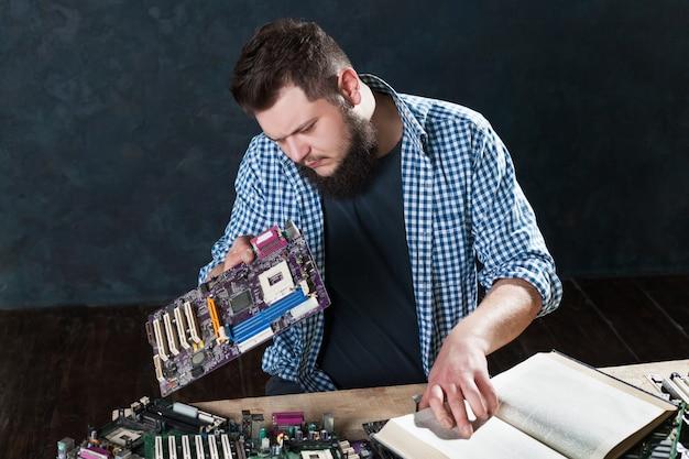 Reparatie van elektronische apparaten en diagnosetechnici. ondersteuning voor computers en laptops